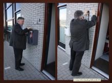 Prof.dr. J.M.van Lieburg bevestigt het  naamplaatje van de SGF aan het pand  van Foksdiep 8 te Urk